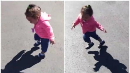 La bimba che ha paura della sua ombra: appena la vede ecco come reagisce