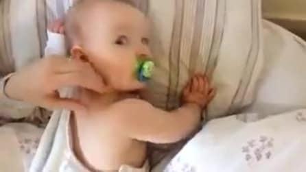 Il neonato adora i grattini e non appena la mamma smette, la sua reazione è dolcissima