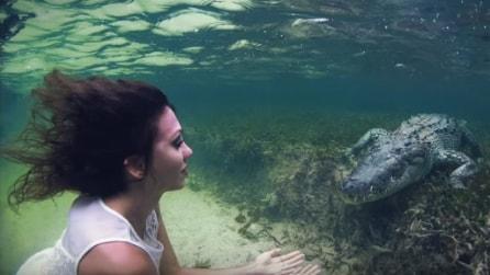 Si tuffa in acqua e nuota con il coccodrillo: l'incredibile avventura