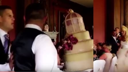 Litigano e fanno cadere la torta nuziale: guardate cosa fa la sposa