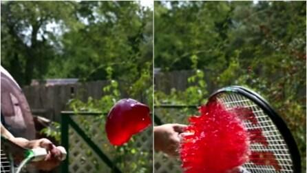Schiaccia la gelatina con la racchetta: l'effetto al rallentatore è fantastico!