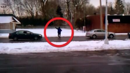 Si ferma la sua auto e chiede aiuto: quello che accade dopo è da non credere
