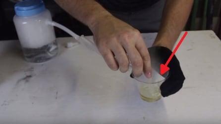 Fa passare il ghiaccio secco attraverso il tubo: l'effetto è fantastico