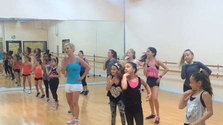 Britney Spears insegna ballo ad alcune bambine