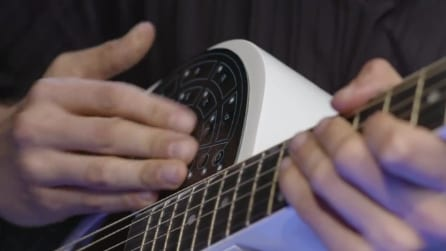 Applica un adesivo sulla sua chitarra e ricrea l'effetto di una vera orchestra