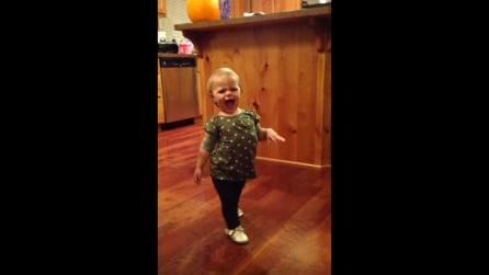 """""""Come cammina mamma?"""" L'imitazione della piccola è troppo divertente!"""