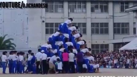 Una piramide umana di 150 studenti appena sale l'ultimo ecco cosa accade