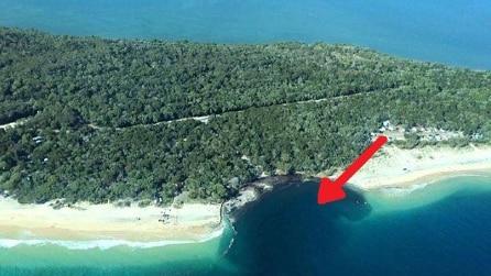 La spiaggia sprofonda improvvisamente, un buco enorme inghiotte tutto: ecco cosa è successo