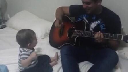 Papà sta suonando la chitarra: la reazione del piccolo è stupenda