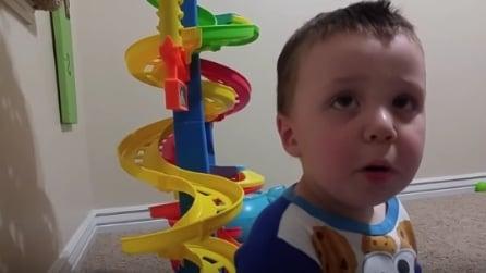 Il piccolo trova un divertente stratagemma per non andare a dormire: guardate cosa fa