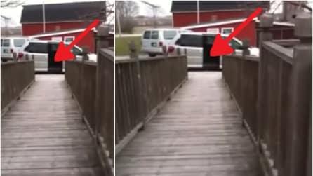 Ecco come entra in auto quest'uomo sulla sua sedia a rotelle: un ingresso da brivido