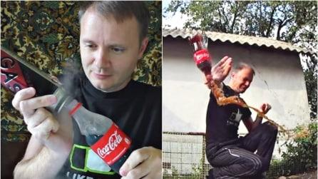 Spruzza il gas dell'accendino sulla Coca Cola, capovolge la bottiglia e l'effetto è impressionante