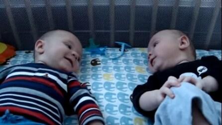 Stesi l'uno accanto all'altro: quello che di dicono i due gemellini vi farà troppo ridere