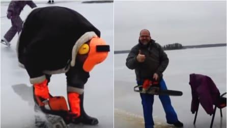 Ritagliano un cerchio sul lago ghiacciato con una motosega: l'effetto è sorprendente