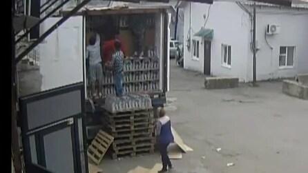 Scaricano un camion di vodka ma l'imprevisto è dietro l'angolo: che disastro!
