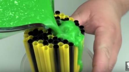 Versa del liquido verde sulle cannucce: ecco cosa crea