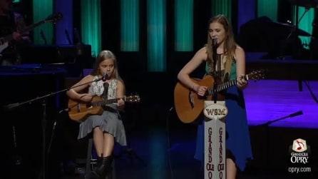 Due sorelle, due chitarre e una voce incredibile: il pubblico va in visibilio