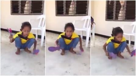 Due ciabatte e una voce angelica: sentite cosa riesce a fare questa bambina