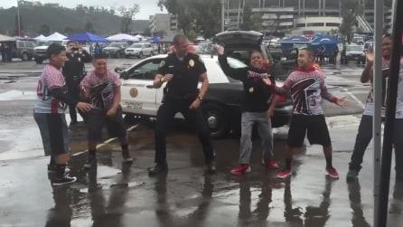 Ragazzini ballano sotto la pioggia: arriva il poliziotto e guardate cosa succede