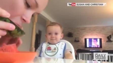 La madre mangia una fetta di anguria: la reazione del piccolo è divertentissima