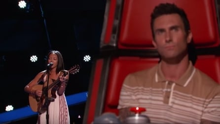 Sale sul palco e inizia a cantare: la reazione di Adam Levine è tutta da gustare