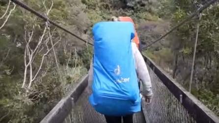I turisti stanno attraversando il ponte sospeso quando accade qualcosa di terrificante