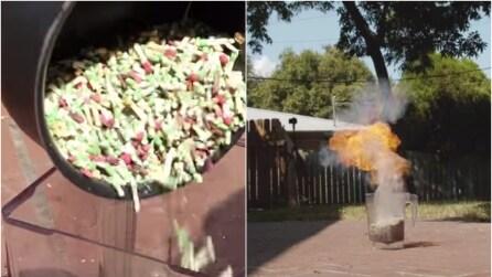 Mettono migliaia di fiammiferi in un frullatore e li accendono tutti insieme: l'incredibile effetto