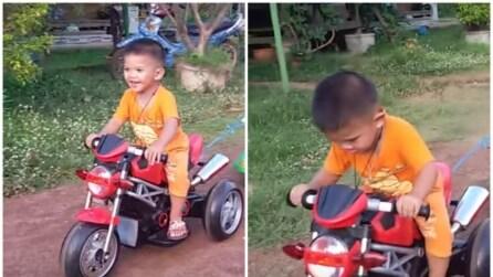 Il bimbo va in moto ma guardate chi c'è dietro di lui