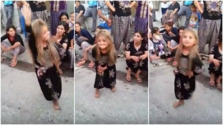 La piccola siriana che balla e dà spettacolo