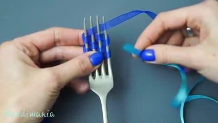 Utilizando apenas fita e um garfo ela produz laço de fita perfeito