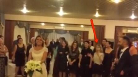 Sta per lanciare il bouquet, poi si ferma: guardate cosa succede a questa ragazza