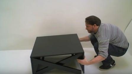 Sembra un normale tavolino da salotto: guardate in cosa si trasforma quando lo apre