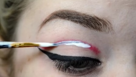 """Spalma una colla particolare sull'occhio e crea un effetto """"terrificante!"""