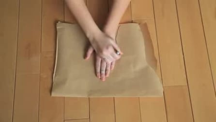 Traccia la sua mano sulla carta, il motivo vi piacerà