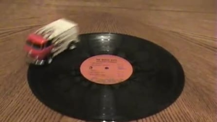 Il bus corre sul disco e lo suona nello stesso momento