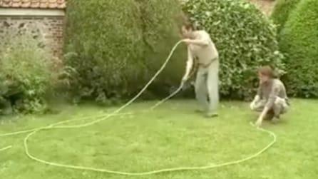 Fanno un cerchio sul prato con una corda e creano qualcosa di magnifico