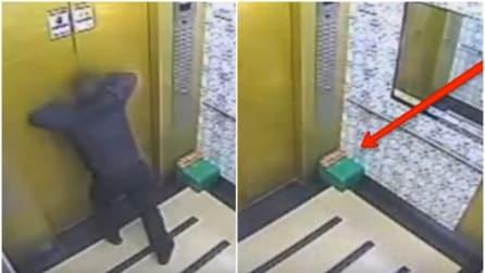 Resta bloccato in ascensore ma riesce ad uscire: quello che accade dopo è spaventoso
