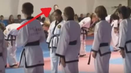 Il papà soldato sorprende la figlia durante la consegna della cintura nera di karate