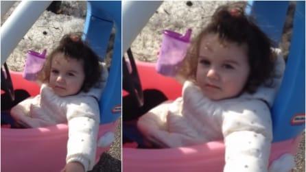 """La bambina beve mentre guida: il comico """"posto di blocco"""" del papà poliziotto"""