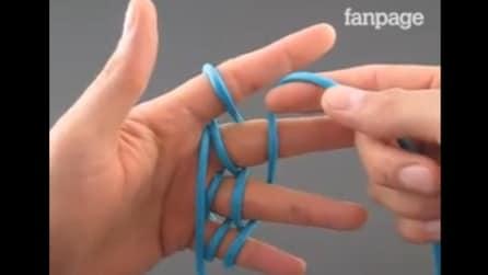 Avvolge una corda attorno alle dita per creare qualcosa di molto originale