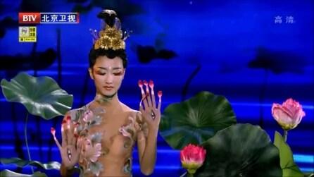 Imita il movimento di un fiore di loto: resterete incantati da questa ballerina