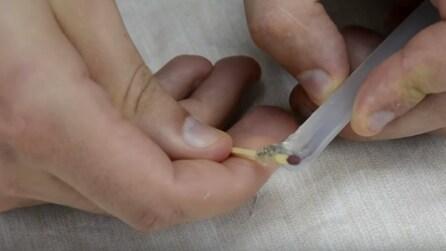 Mette la colla intorno ad un fiammifero: il trucco utile in tutte le occasioni