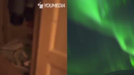 Dalla stanza giunge una misteriosa luce verde: apre la porta e davanti a lui c'è uno spettacolo