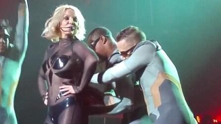 Inconveniente per Britney Spears sul palco: la zip del vestito si apre mentre balla