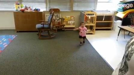 La divertente reazione di una bambina che vede il papà al suo primo giorno di scuola