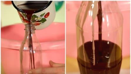 Versa la cera nella bottiglia di Coca Cola: l'idea unica e originale