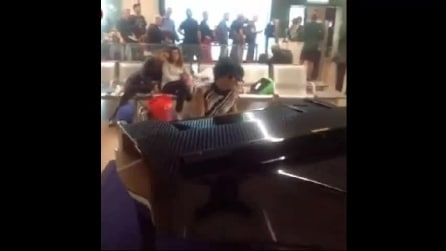 Dolcenera, esibizione a sorpresa all'aeroporto di Fiumicino