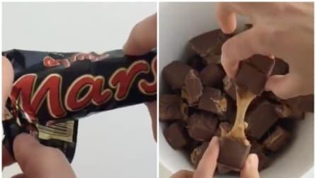 Taglia il Mars a pezzetti: ecco cosa realizza in pochi secondi