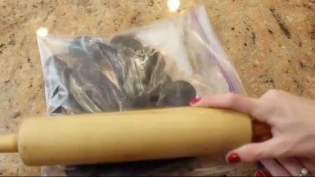 Mette gli Oreo in una busta e li schiaccia: la ricetta da leccarsi i baffi