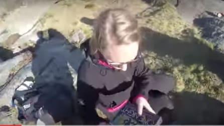 Porta uno speciale dono alla fidanzata del suo papà: il dolcissimo gesto del piccolo complice